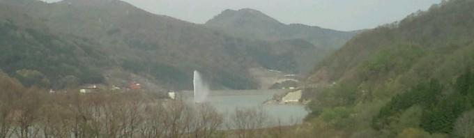 山形自動車道月山湖PA 上りから月山湖大噴水を眺める。日中の毎時0 分から。